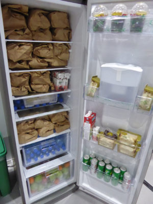 Refrigerator supplied with abundant food and drinks